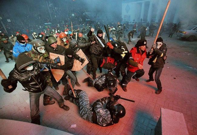 Demonstranti tuku policajce
