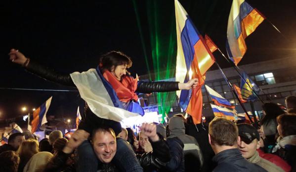 В центре Симферополя проходит праздничный концерт в честь референдума