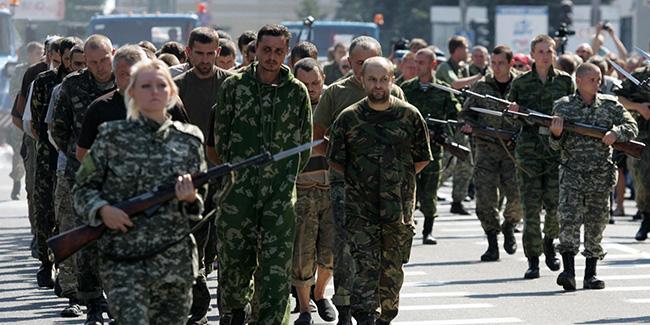 Ukrainian prisoners paraded in Donetsk