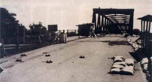 Srpski narod Zapadne Slavonije kojeg su snage UN-a ostavile na milost i nemilost hrvatskim agresorima, u zbegovima je krenuo prema mostu na rijeci Savi kako bi se spasio u sigurnu Republiku Srpsku.