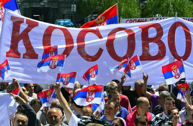 Beograd, 10. maja 2013 - Demonstranti sa zastavama na Trgu Republike na nestranackom mitingu zbog neslaganja sa potpisanim briselskim sporazumom. FOTO TANJUG / SRÐAN ILIC / dmm