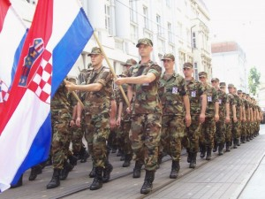 Hrvatska_vojska_odlučnim_korakom_stupa-700x525