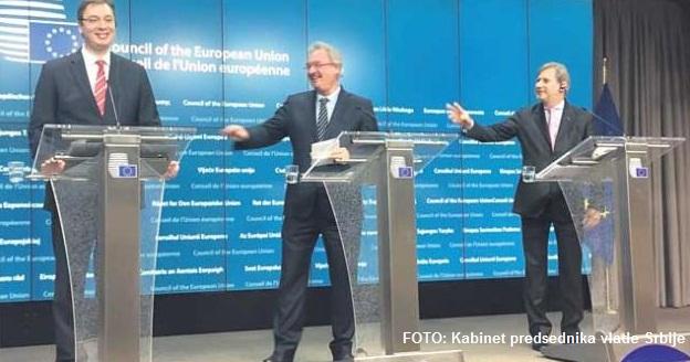 Brisel, 14. decembra 2015 - Premijer Srbije Aleksandar Vucic, ministar spoljnih poslova Luksemburga Zan Aselborn i Komesar Johanes Han na konferenciji za novinare. Srbija je veceras otvorila prva poglavlja u pregovorima sa Evropskom unijom cime je sustinski otpoceo proces uskladjivanja sa standardima i normama evropske zajednice. Put ce biti dug i tezek, ali Evropa je sa vama, rekao je ministar spoljnih poslova Luksemburga Zan Aselborn, na konferenciji za novinare posle Medjuvladine konferencije. Komesar Johanes Han ukazao je da ce to biti signal stabilnog poslovnog ambijenta za strane investitore. Premijer Srbije Aleksandar Vucic istakao je da je ovo znacajna vest ne samo za gradjane Srbije, koji treba da budu posebni na sebe i svoju zemlju, vec i za ceo region. FOTO TANJUG / KABINET PREMIJERA SRBIJE / bb