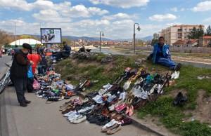 Nis 10.04.2011. Improvizovana buvlja pijaca, prepuna robe i kupaca, u centru Nisa pored keja na Nisavi. Foto Sasa Djordjevic