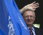 Serbian nationalist leader Vojislav Seselj waves to his supporters from a balcony of his Serbian Radical Party headquarters in Belgrade in this November 12, 2014 file photo. U.N. judges on March 31, 2016 acquitted Seselj of all the counts of war crimes and crimes against humanity he faced, delivering a boost to his Serbian Radical Party ahead of an election in April. REUTERS/Marko Djurica/Files      TPX IMAGES OF THE DAY
