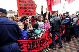 """Presevo, 11. novembra 2014.- Gradjani Preseva sa albanskim zastavama i transparentima ispred zgrade opstine. Albanski premijer Edi Rama stigao je danas u Presevo nesto pre 12 sati gde su ga gradjani pozdravili ovacijama, a ispred zgrade opstine docekao ga je predsednik opsstine Ragmi Mustafa.Gradjani Preseva, koji su ispunili glavni gradski trg, docekali su Ramu sa zastavama Albanije i uz glasnu muziku, a po gradu su prethodnih dana postavljeni bilbordi s porukom: """"Dobrodosli premijeru"""". FOTO TANJUG/ ZORAN ZESTIC / nr"""