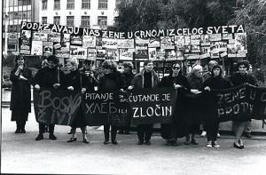 Zene u crnom protiv rata u Bosni. 1994. foto:Vesna Pavlovic