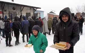Mesto: Beograd Datum: 11.01.2017 Dogadjaj: EVROSERVIS - podela hrane izbeglicama u blizini napuötenih magacina u centru Beograda Licnosti: