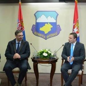 Vučić i Nikolić ispred amblema šiptarske opštine.