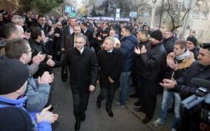 Stefanović sa pristalicama ispred Višeg suda u Beogradu Foto: FoNet / Oliver Bunić