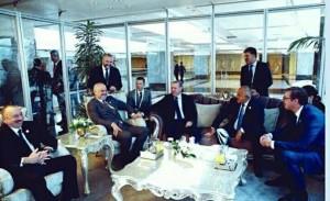 vučić jedini sedi na stolici, ostali su u foteljama