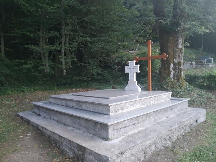 Grobnica gde su pohranjene kosti Teslinih rođaka što su ubijeni od hrvatskih fašista